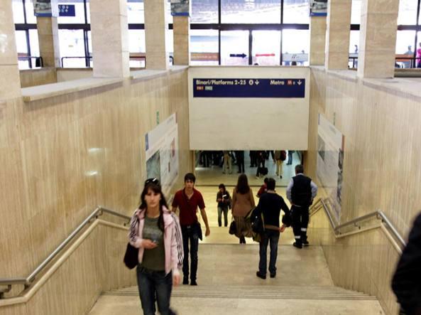 Roma Metro B Ferma Per Incidente Donna Cade Tra Banchina E Treno