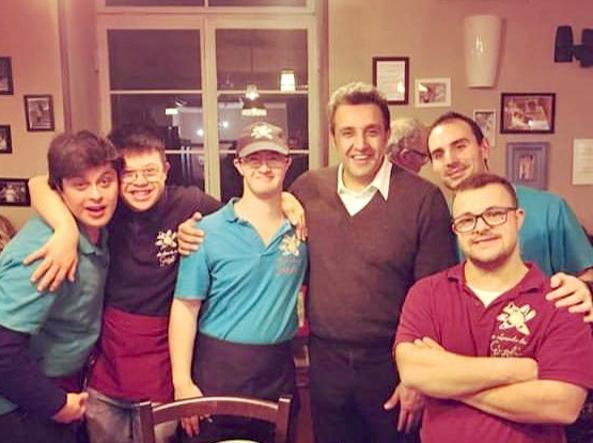 Flavio Insinna con i ragazzi della Locanda