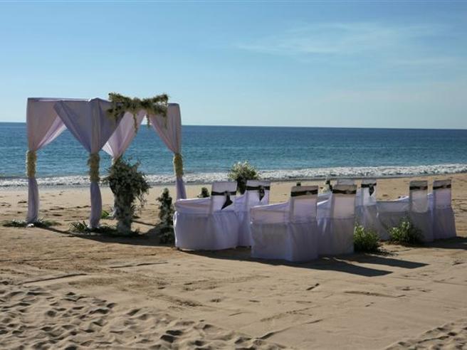 Matrimonio On Spiaggia : Fiumicino: sempre più coppie scelgono il matrimonio in spiaggia