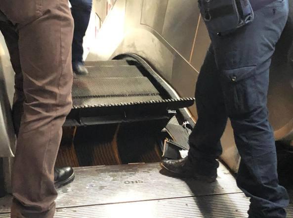 Metro Barberini, la società che fa manutenzione: «Tutta colpa di pezzi di trolley e sciarpe che si incastrano»