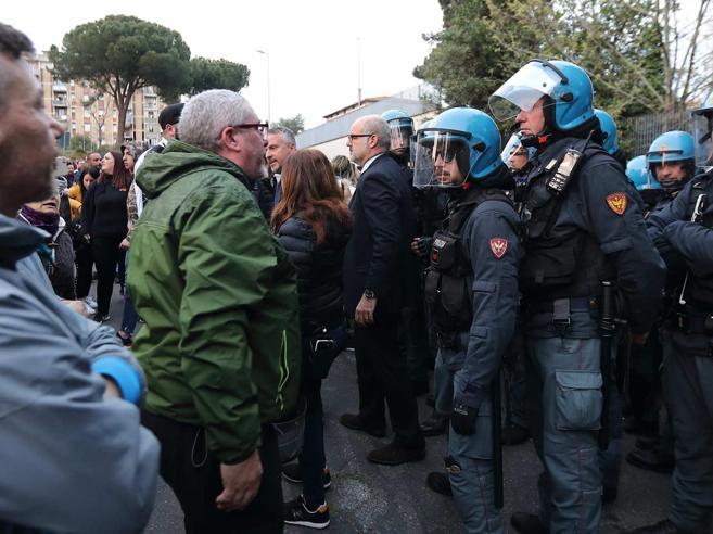 Torre Maura, si indaga per odio razziale. Raggi ricolloca i romma Salvini la «bacchetta» Video