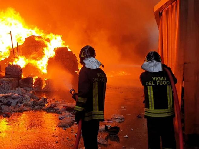 Una ex baraccopoli in fiamme Nube tossica sulla periferia est