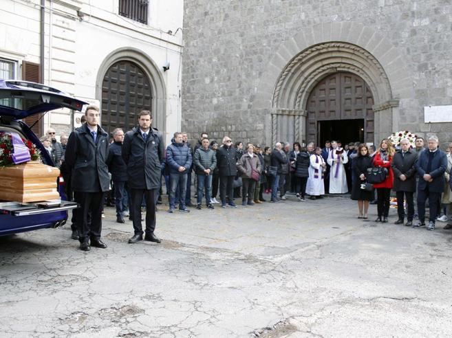 I funerali del commerciante ucciso, il vescovo: «Basta violenza»