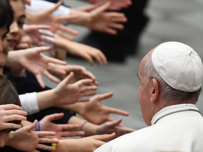 Casal Bruciato, il Papa ai rom:  «Leggo i giornali e soffro per voi,  non è civiltà»