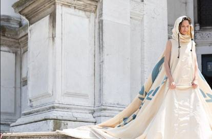 Bianca Balti sfila con una tenda dell'Onu - Corriere it