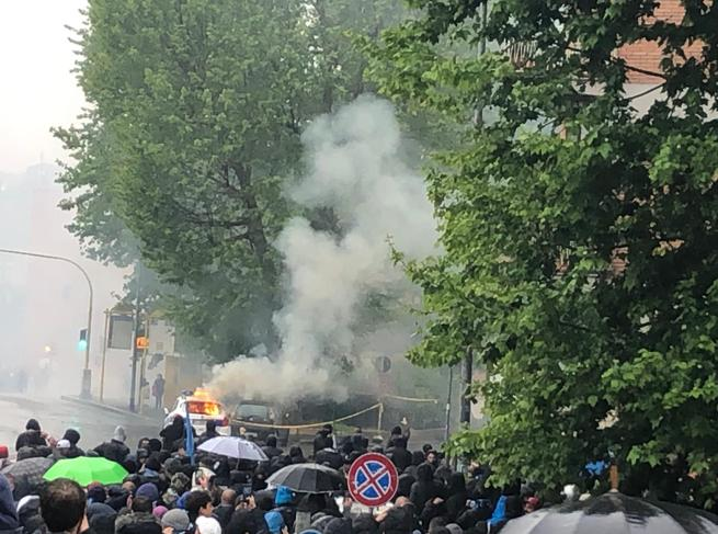 Atalanta-Lazio |  scontri tra polizia e tifosi A fuoco auto dei vigili Foto|Diretta video