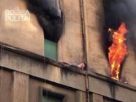Roma, fuoco al 3° piano: ragazzo si salva (seminudo) sul cornicione