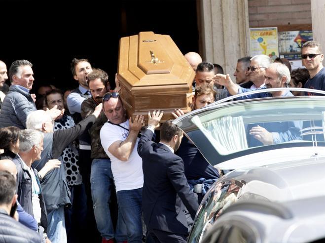 Applausi ai funerali del padre violento ucciso dalla figlia: «Sei un grande» Video |Foto