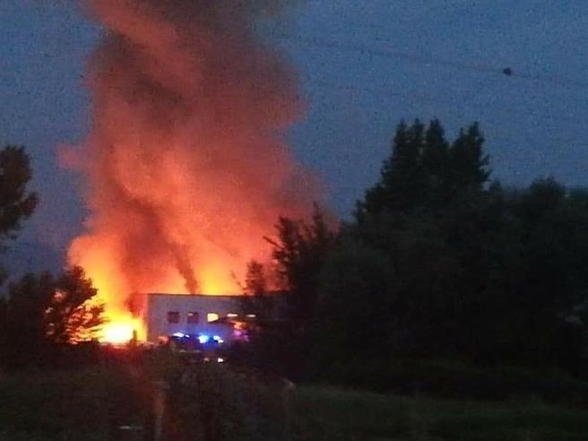 Incendio in azienda di rifiuti speciali: «State in casa e spegnete i condizionatori»