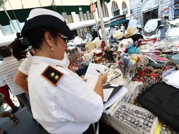 New York abbigliamento sportivo ad alte prestazioni fornitore ufficiale Roma: borse, cappelli, occhiali, controlli dei vigili urbani su negozi e ...