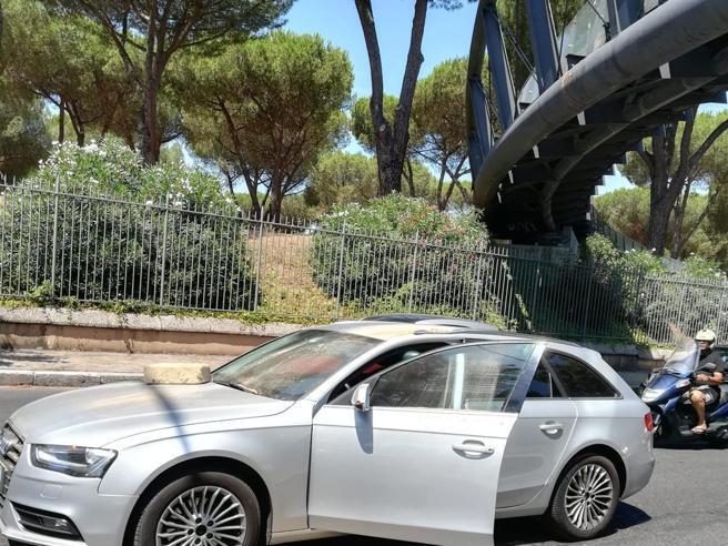 Roma, lancio di massi dal cavalcavia di Villa Pamphilj: colpita un'auto