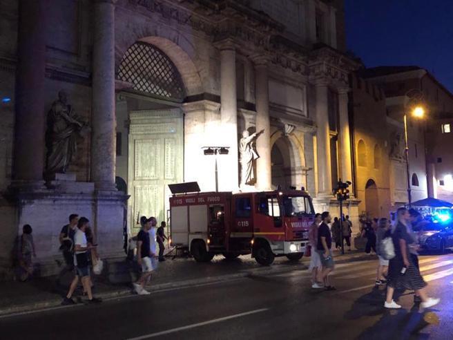 Cartoni in fiamme danneggiano la Porta di piazza del Popolo Foto
