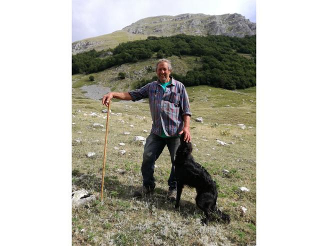 Il pastore difende il lago del «caso Moro»:  gli avvelenano i cani