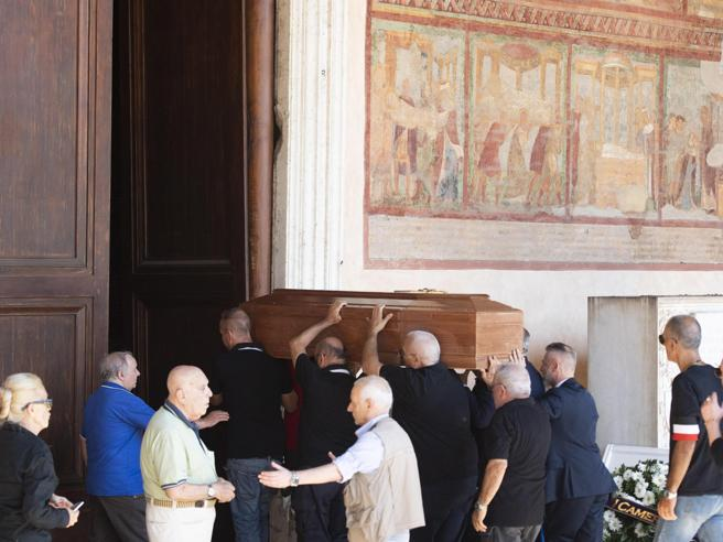 Funerali  Delle Chiaie, saluti romani per l'addio al neofascista Foto