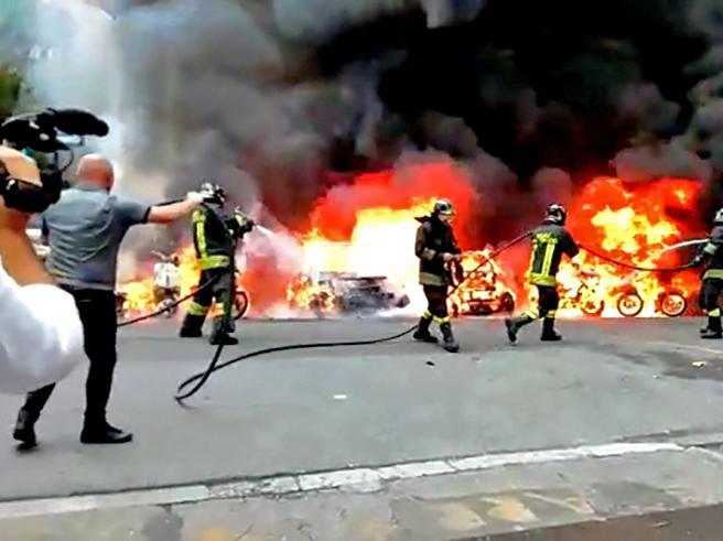 Incendio a Roma vicino a un liceo, coinvolti 8 motorini e 2 auto Foto
