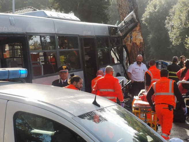 Incidente bus Roma, 301 si schianta su un albero sulla via Cassia: 42 feriti  Passeggeri: «Autista era al telefono»