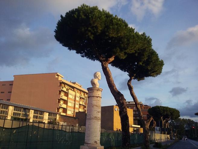 Ostia, all'alba compare il busto di Pasolini. Poi, la polizia lo rimuove