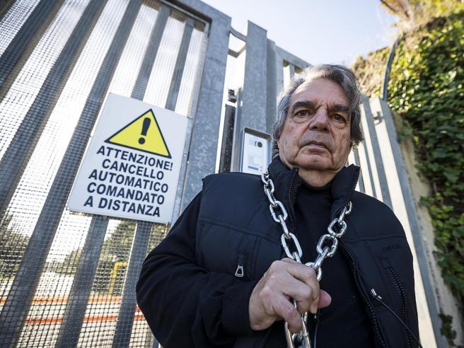«No alla discarica a Falcognana»: Brunetta si incatena per protesta Foto