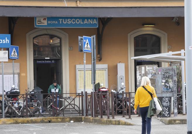 Roma Tuscolana, treno urta locomotore: cinque  feriti