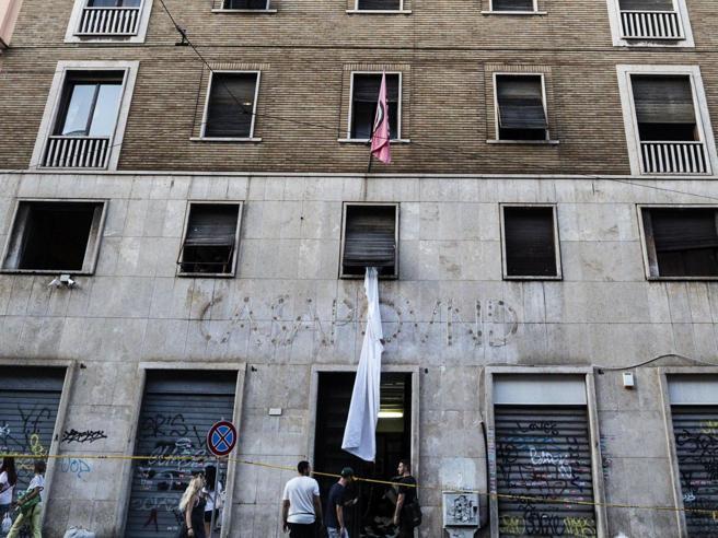 Roma, sgombero per Casapound. Raggi e Castelli esultano: «Legalità ripristinata»