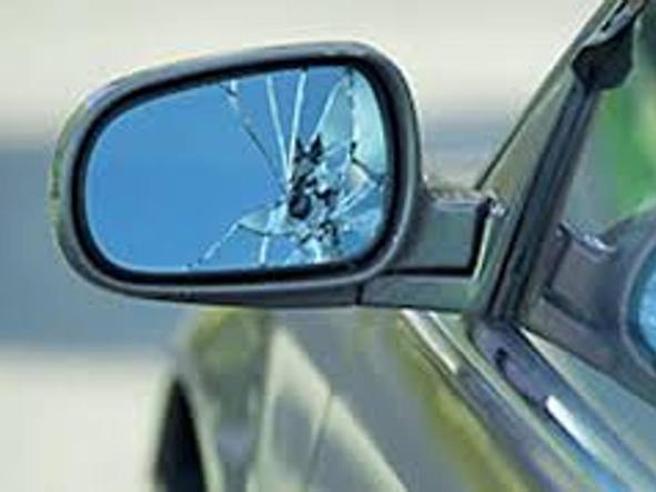 Roma, «Mi hai colpito, scendi dall'auto e paga»: 4 arresti per la truffa dello specchietto ad anziani