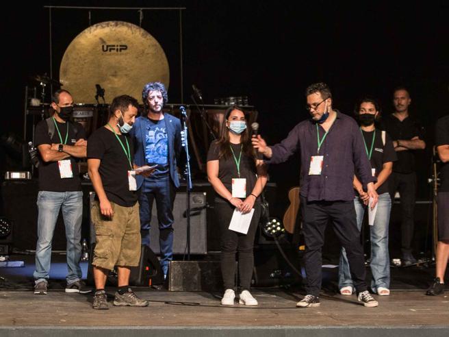 Roma, flash mob dei lavoratori dello spettacolo al live di Gazzè: «Noi, ignorati da tutti»
