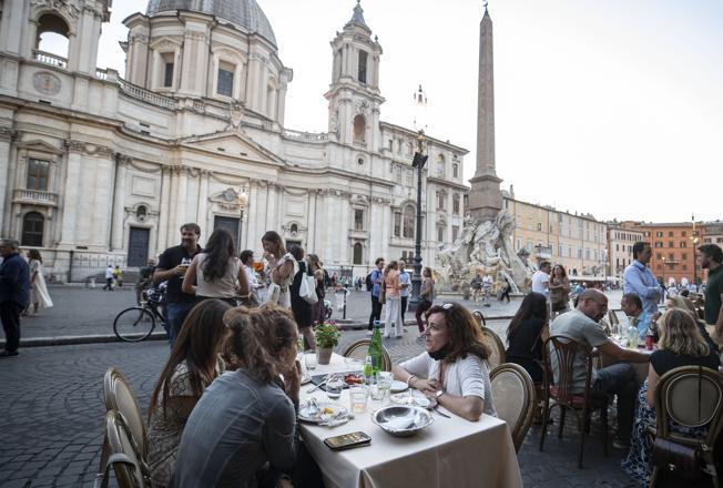 «Drinketto» a 3 euro e 50, l'aperitivo a piazza Navona è per i romani