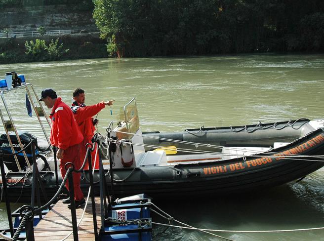 Elicottero precipita nel Tevere a Nord di Roma: in corso le ricerche di superstiti