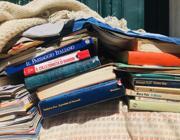 Alcuni dei libri di Christopher usati come materasso