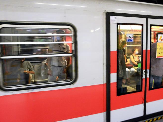 Roma, sniffa sulla banchina  della metro Anagnina davanti ai passeggeri