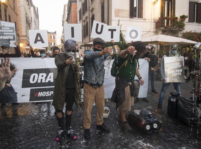 Covid Roma, protesta in centro contro le chiusure: disordini, petardi e cassonetti incendiati