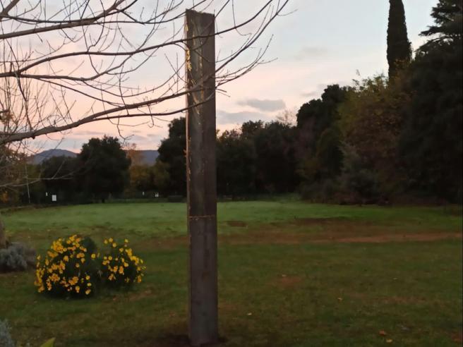 Monolite comparso a Lanuvio. Risolto il mistero: fatto da artisti