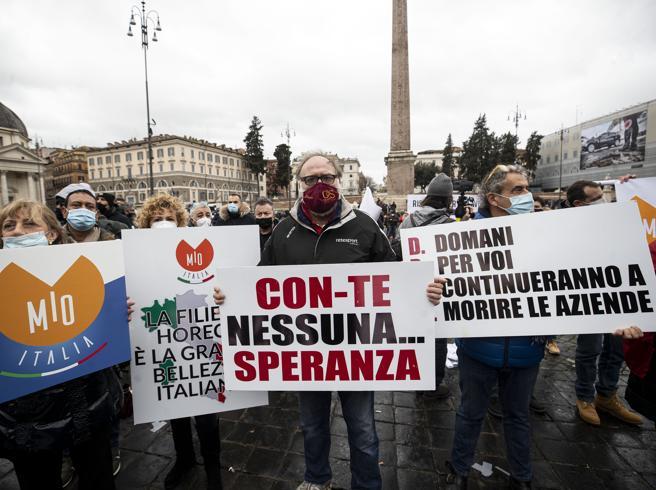 Ristoratori, manifestazione a piazza del Popolo: «Fateci riaprire dal 1° febbraio»