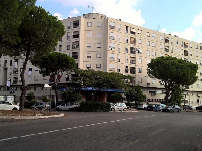 Spari in strada a Roma, una donna di 80 anni ferita di striscio