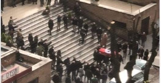 Funerali con croce celtica sulla bara e saluti romani. Indaga la Digos