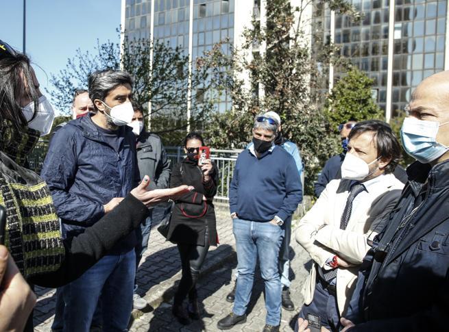 Roma, tassa sui rifiuti, la protesta dei ristoratori davanti all'Ama: «Lo sconto non basta»