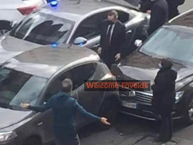 Roma: la scorta di Draghi tampona un'auto, lui scende e chiede scusa