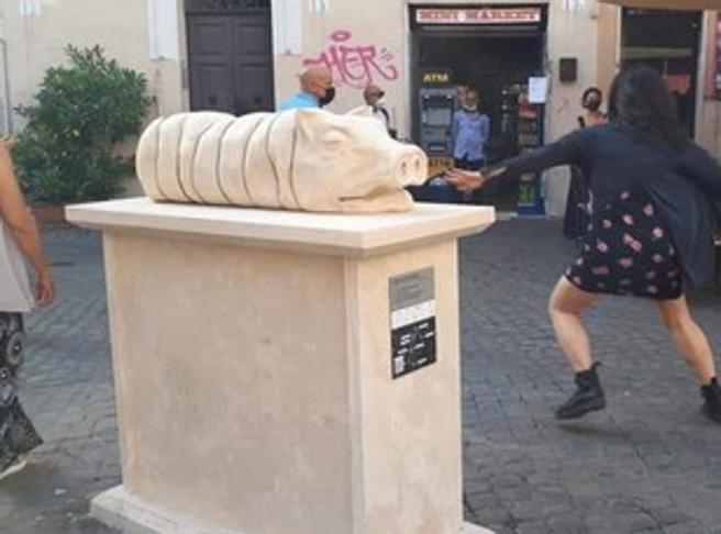 Trastevere, il monumento alla porchetta che fa infuriare romani e animalisti
