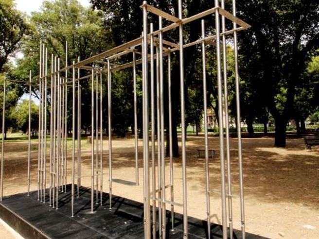 Villa Borghese, danneggiata l'opera «Staccando l'ombra da terra» di Marzia Migliora