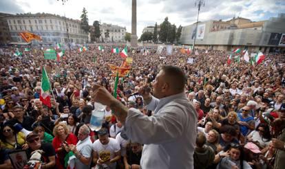 Roma, diecimila no Green Pass protestano a piazza del Popolo. Scontri e tafferugli. Bombe carta davanti a Palazzo Chigi