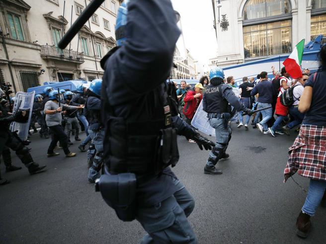 Ore di scontri e assalto alla Cgil, i no green pass bloccano Roma: 4 arresti