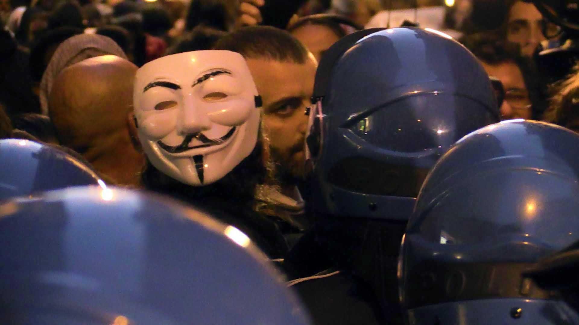 Tra i manifestanti anche le maschere di Anonymous (Proto)
