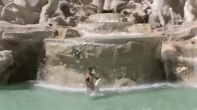 Vasca Da Bagno In Spagnolo : Enne fa il bagno nella fontana di piazza navona multa ai