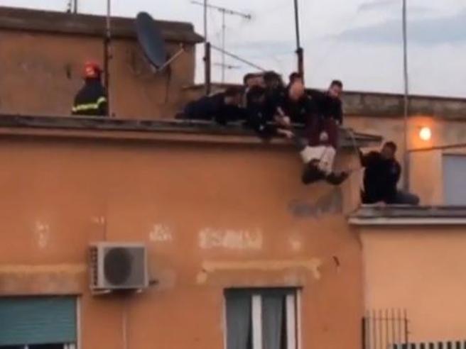 Roma, si butta da un cornicione, preso al volo dai poliziotti