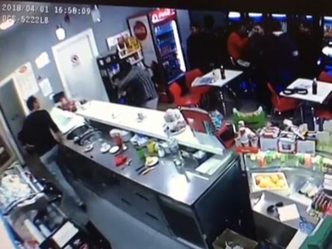 Roma, il barista non serve il boss per primo: esplode la violenza, picchiata a cinghiate una donna disabile
