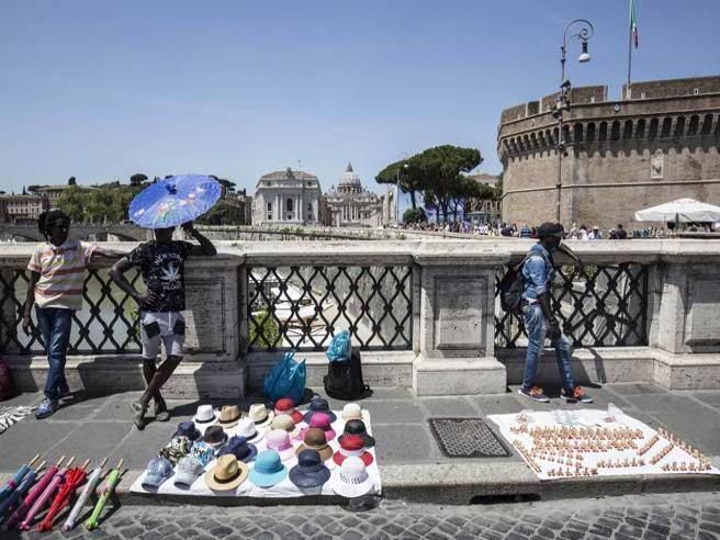 Castel Sant'Angelo e il degrado che stordisce tra  rifiuti e abusivi