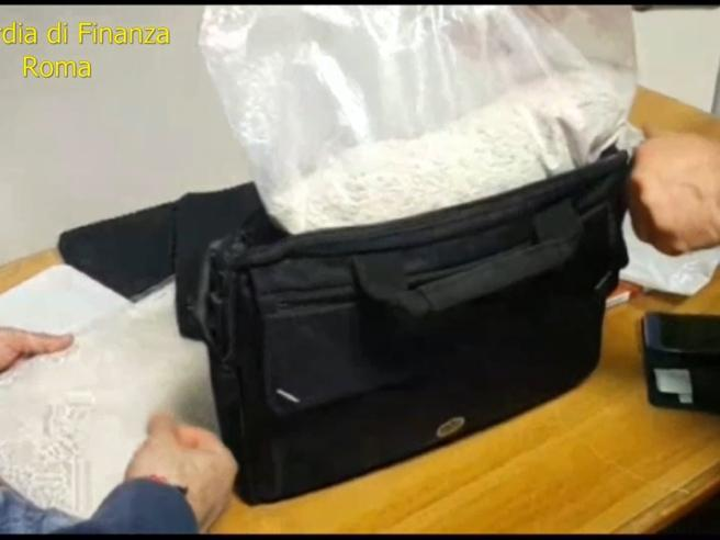 Fiumicino, finto prete con 3 kg di eroina: arrestato, minaccia di scomunicare i finanzieri