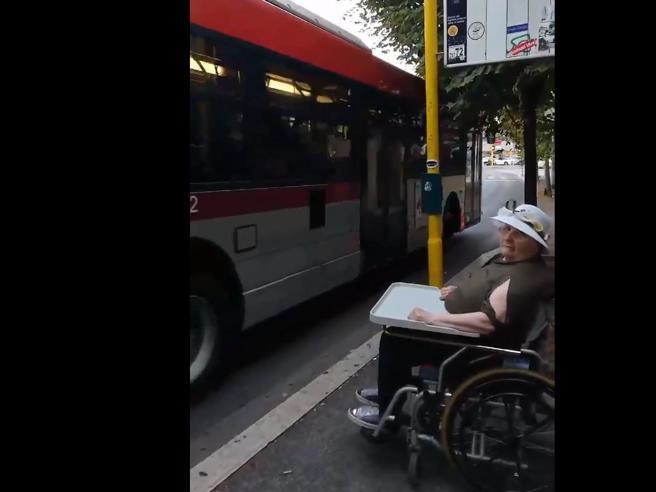 A Roma bus senza pedana, la madre disabile resta a terra:   «Vergogna»