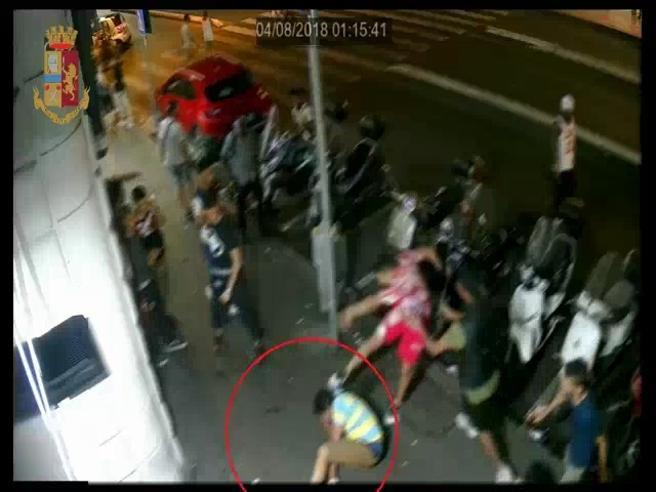 Roma, all'uscita dal fast food prima il pestaggio poi la rapina