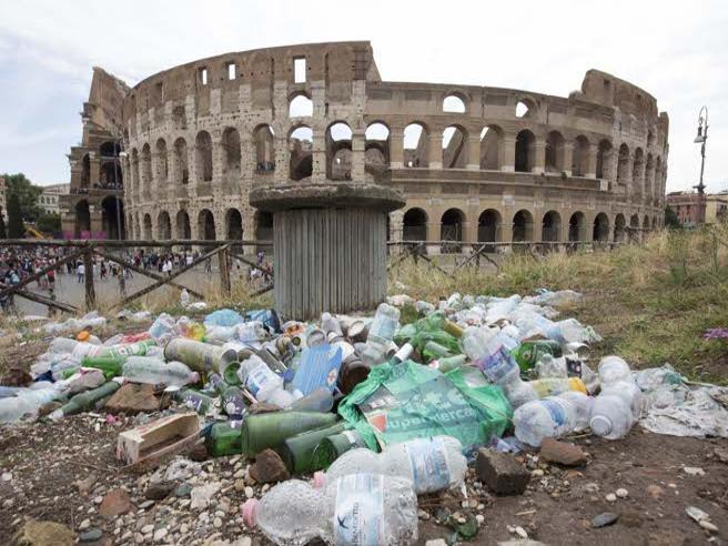 Ferragosto a Roma, cumuli di rifiuti intorno al Colosseo Video